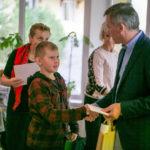 """Predseda MAS Ing. Viliam Mrázik odovzdáva ocenenia deťom zapojeným do každoročne organizovanej výtvarnej súťaže """"Naša obec - naša MAS"""" zameranej na mikroregión terchovskej doliny"""