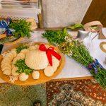 Obetné dary na slávnostnej ovčiarskej omši. Symboly salašníctva ako valaška, zvonec, lúčne kvety, štiepaničky s bylinkami na zadymovanie oviec, či čerstvý syr, bryndza a oštiepky, tradičné salašné produkty.